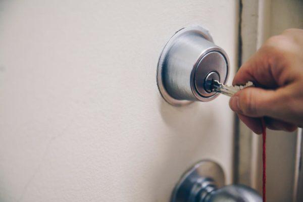 hand-using-key-in-door
